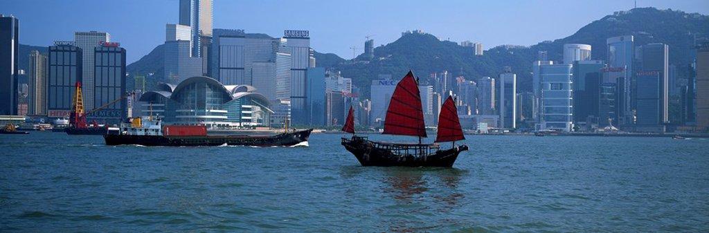 Chinese junk at Victoria Harbour, Hong Kong : Stock Photo