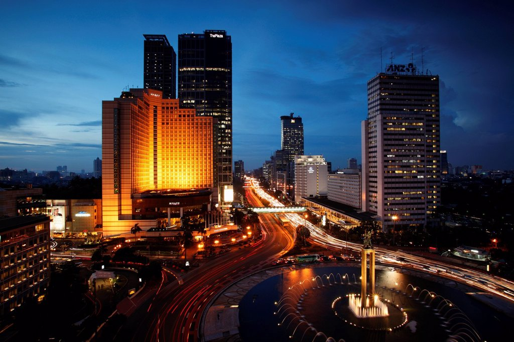 Night view of Hotel Indonesia roundabout, Welcome Monument and buildings along Jalan Thamrin, Jakarta : Stock Photo