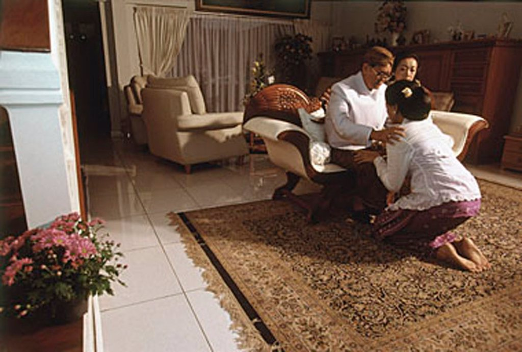 Indonesia, in front of her family and close friends, Wati bowing before her father, Sutadi Suparlan to ask permission to marry. : Stock Photo