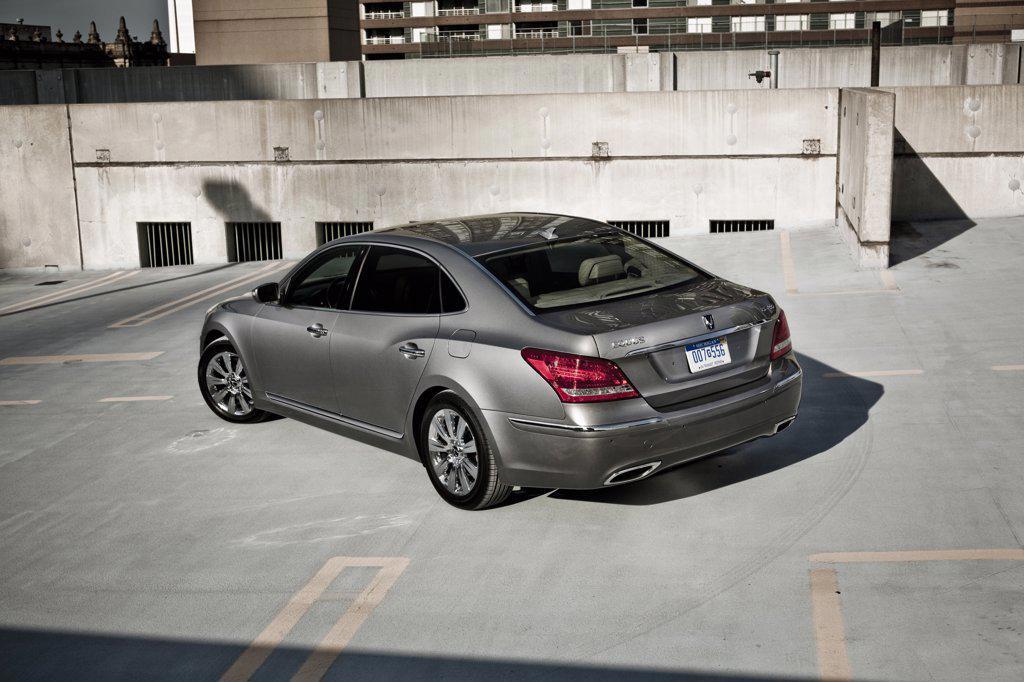 Stock Photo: 4093-19022 2011 Hyundai Equus, rear 7/8 view in parking lot