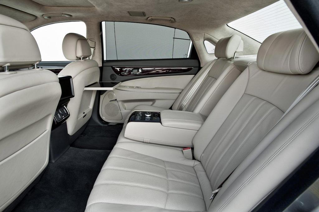 2011 Hyundai Equus interior view of passenger seats, side view : Stock Photo