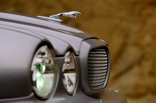 detail Jaguar XJR 2004 silver headlights hood ornament grille : Stock Photo