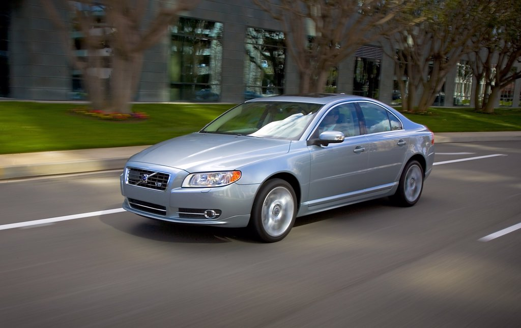 2008 Volvo S80 in motion passing corporate buildings. : Stock Photo