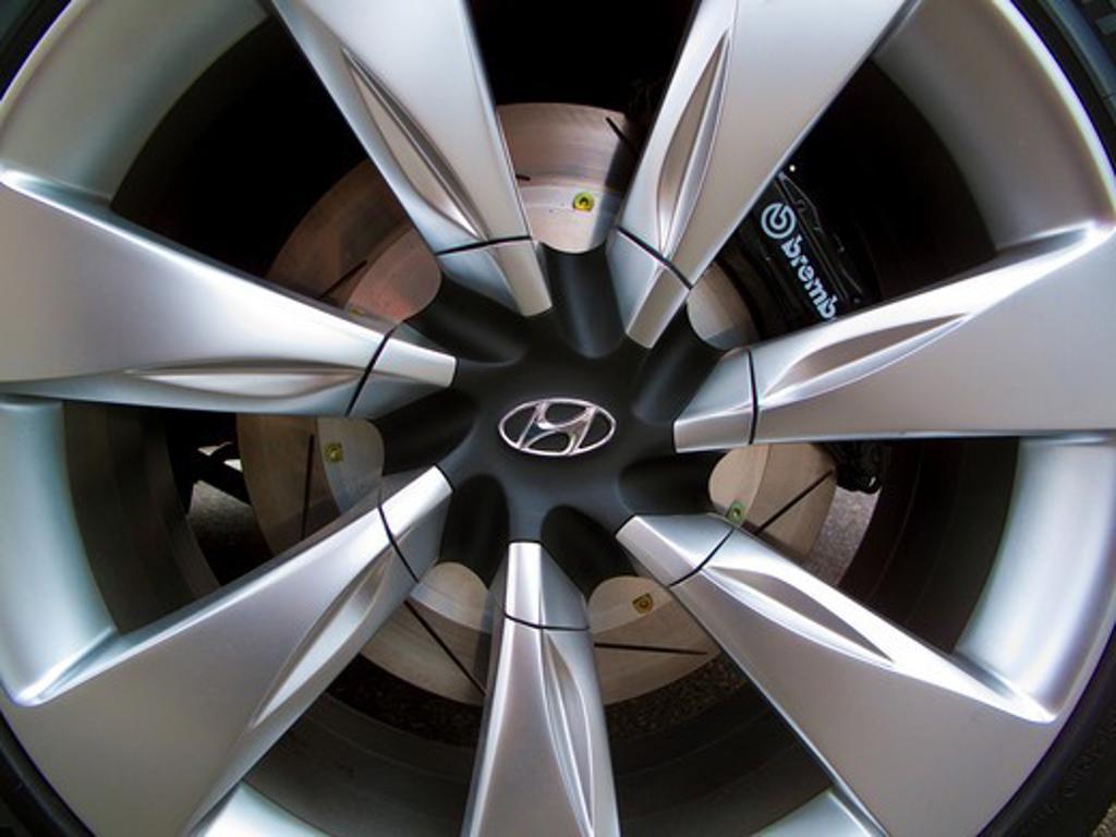 Stock Photo: 4093-6112 2009 Hyundai HCD-11 Nuvis Concept car wheel rim, close-up