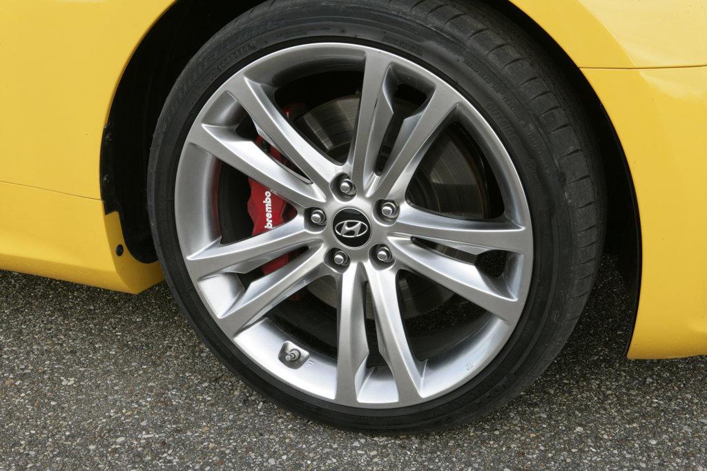 Stock Photo: 4093-8460 2010 Hyundai Genesis tire and wheel rim, close-up