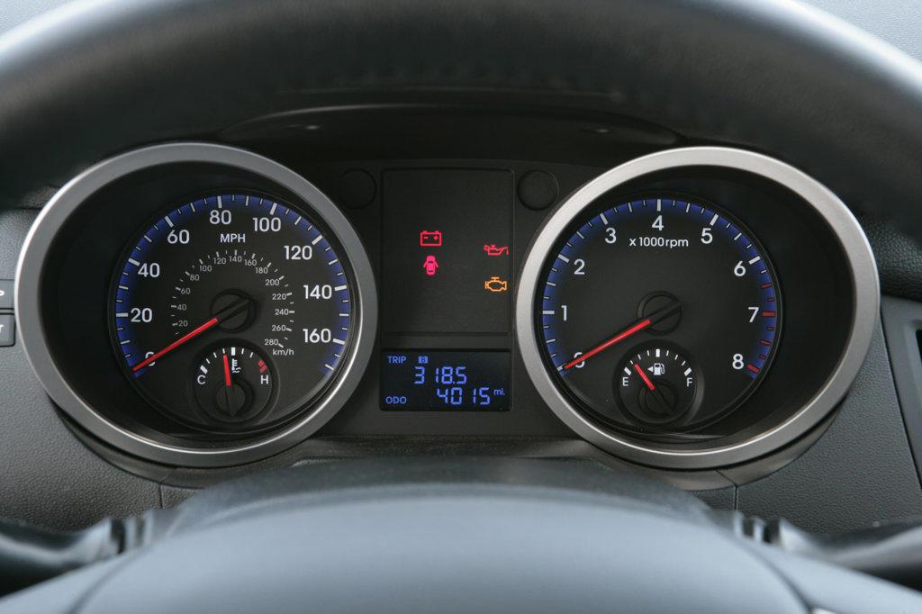 2010 Hyundai Genesis instrument panel, close-up : Stock Photo