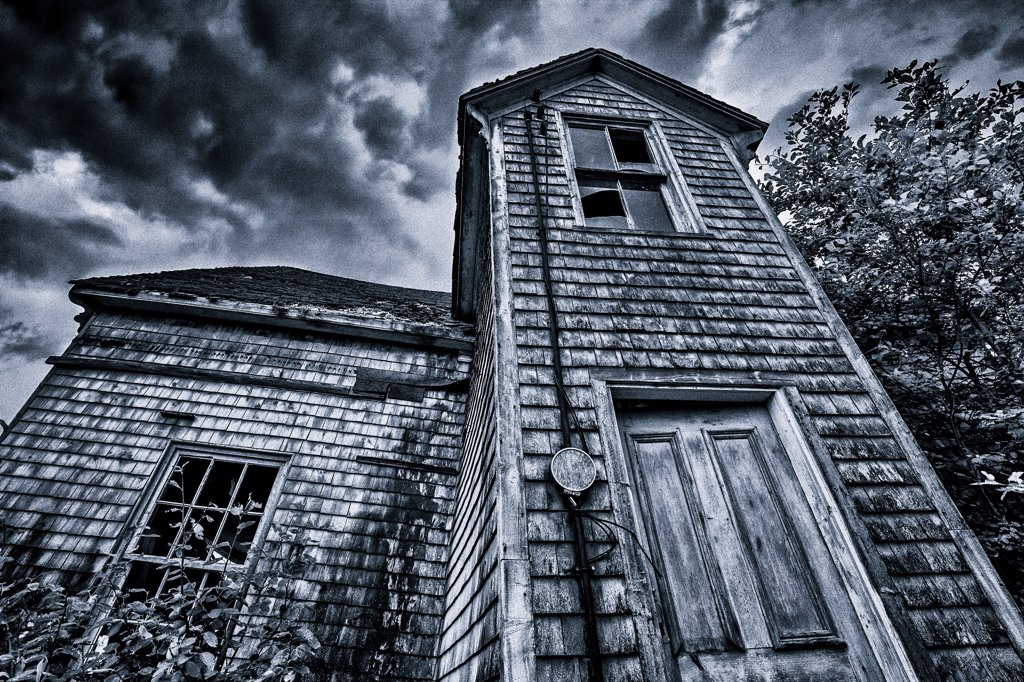 Stock Photo: 4097-4137 Low angle view on an abandoned farmhouse, Prince Edward Island, Canada