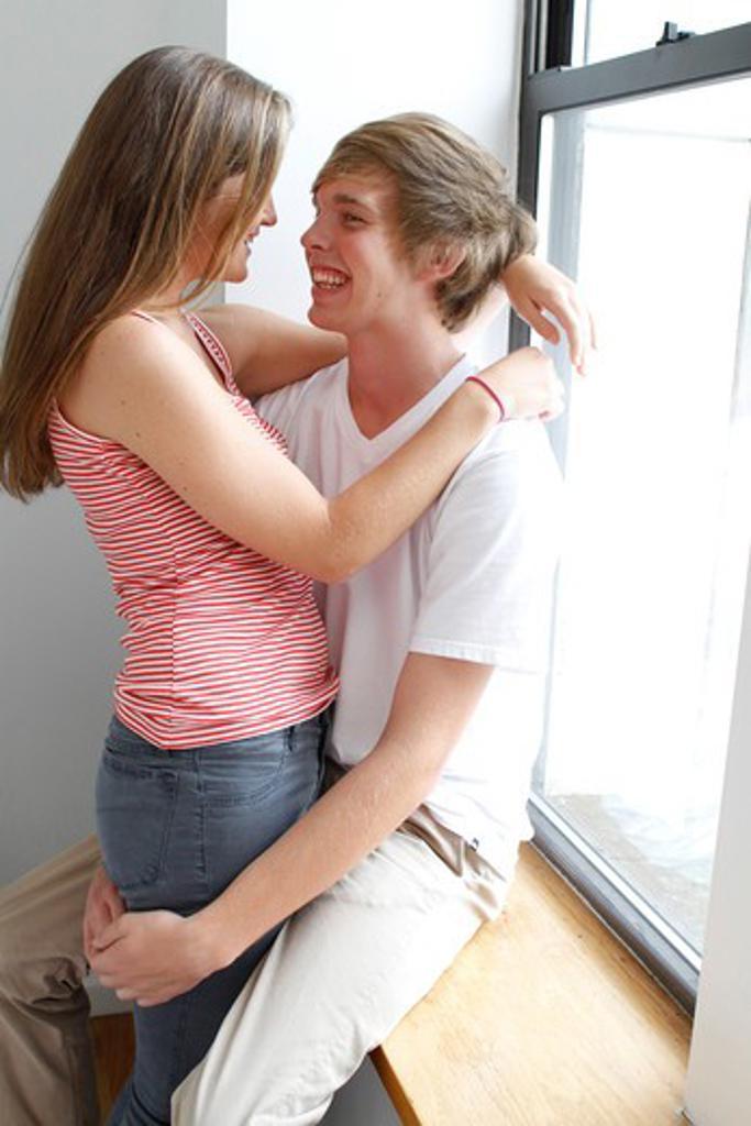 USA, New York City, Manhattan, Teenage couple embracing : Stock Photo