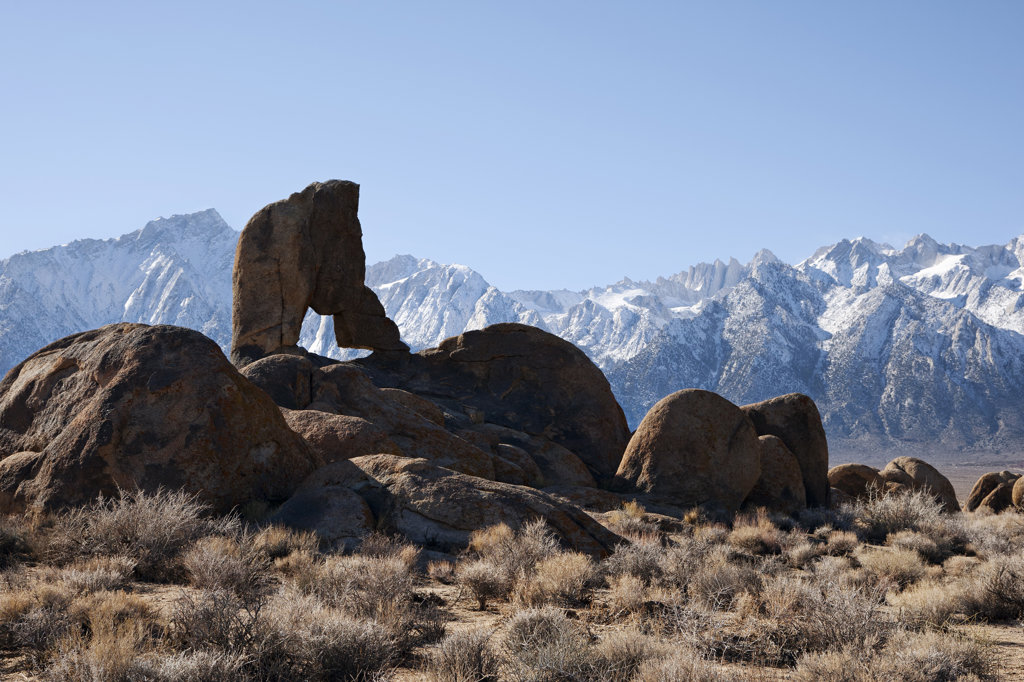 USA, California, Arch in Alabama Hills, Mt. Whitney and Lone Pine Peak : Stock Photo