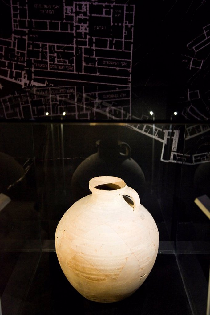 Photograph of a pottery jar on display at the Masada´s museum of archeologic artefacts : Stock Photo