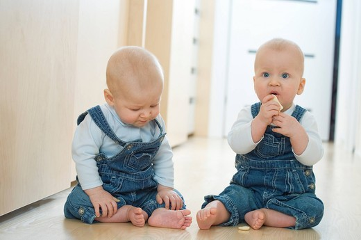 Stock Photo: 4123-32835 Baby twins sitting on the floor