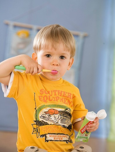 Boy cleaning his teeth : Stock Photo
