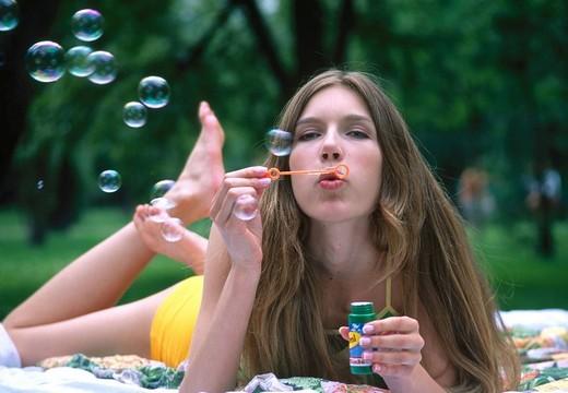 Woman doing soap bubbles : Stock Photo