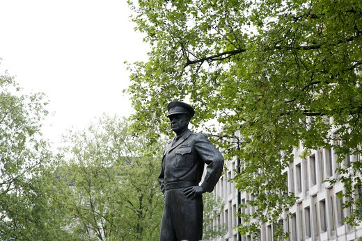 Statue of General Eisenhower in front of the US Embassy, Grosvenor Square, Mayfair, London, England : Stock Photo