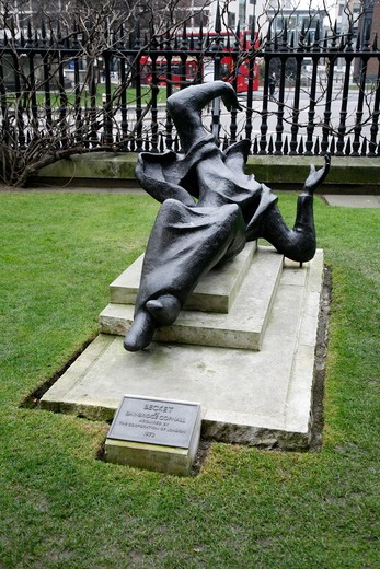 Sculpture of Thomas A Becket in St Paul's Cathedral churchyard, City of London, UK : Stock Photo