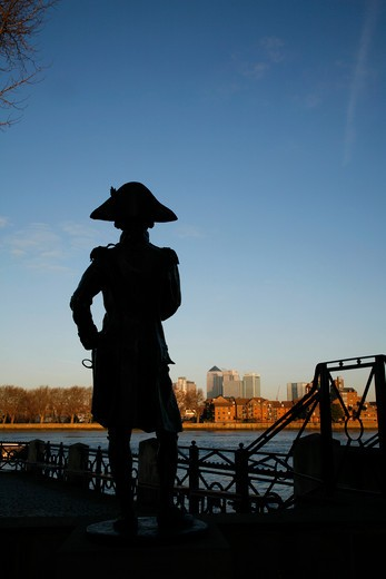 Statue of Horatio Nelson at Greenwich silhouetted against the River Thames and Isle of Dogs skyline, London, UK : Stock Photo