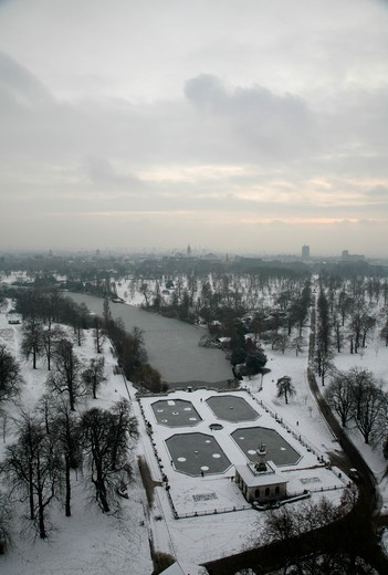 Aerial view of a snowbound Italian Gardens and Long Water (Serpentine), Kensington Gardens, London, UK : Stock Photo