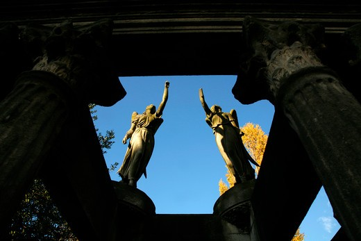 UK, London, Kensal Green, Angel sculptures atop tomb in Kensal Green Cemetery : Stock Photo
