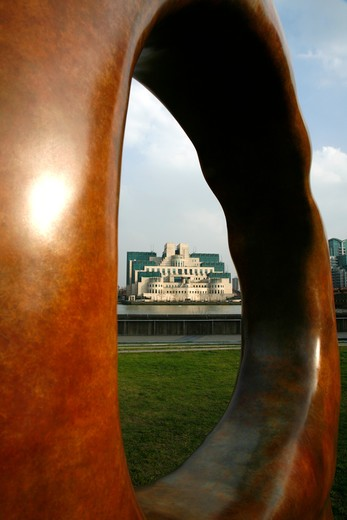 UK, London, Vauxhall, Looking through Searching for Enlightenment sculpture by Simon Gudgeon on Riverside Gardens on MIllbank to MI6 Building : Stock Photo