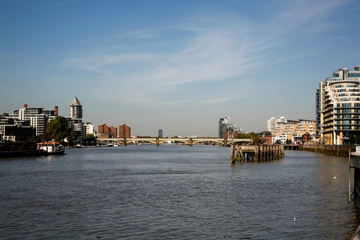 UK, London, Battersea, View up River Thames to Cremorne Railway Bridge : Stock Photo