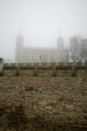 UK, London, City of London, Fog-shrouded White Tower at Tower of London : Stock Photo