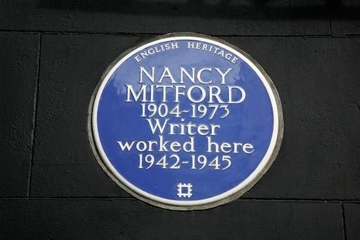 Nancy Mitford blue plaque on 10 Curzon Street, Mayfair, London, UK : Stock Photo
