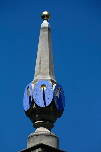 Sundial on the top of the Seven Dials monument, Seven Dials, Covent Garden, London, UK : Stock Photo