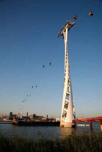 Emirates Air Line cable cars running across the River Thames from North Greenwich to Royal Victoria Dock : Stock Photo