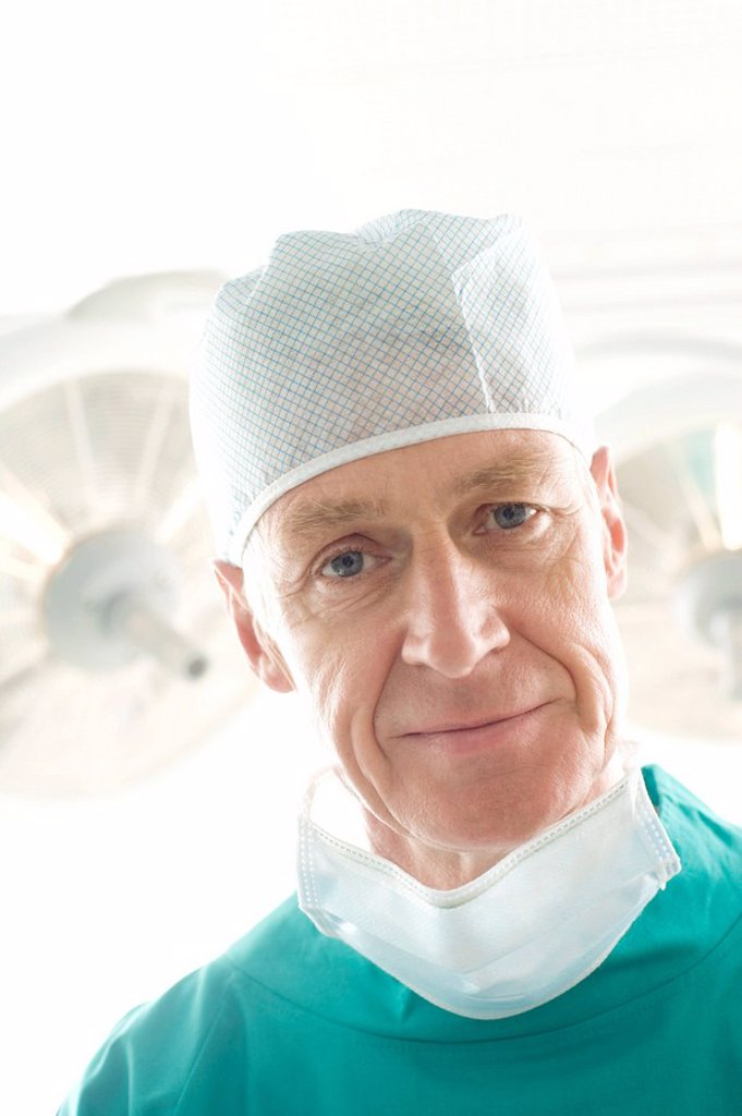 Stock Photo: 4128R-3393 Surgeon