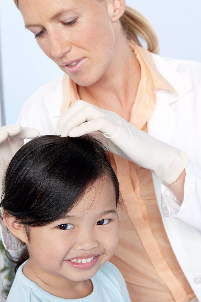 Head lice examination : Stock Photo