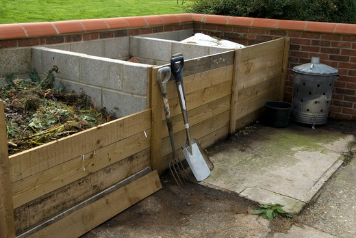 Stock Photo: 4141-45308 series of compost bays showing removable wooden sections at front for ease of access date: 17.11.2008 ref: zb899_124605_0035 compulsory credit: photos horticultural/photoshot