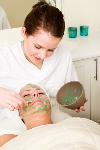 Aloe Vera facial preparation at a beauty spa. : Stock Photo