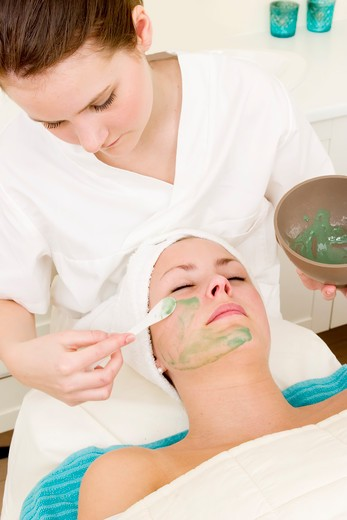 Aloe Vera facial preparation at a beauty spa. : Stock Photo