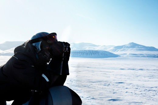 A winter adventure guide looking out on the horizon : Stock Photo