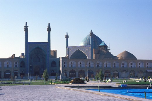IRAN, ESFAHAN, EMAN KHOMENI SQUARE, (ROYAL SQUARE), VIEW OF IMAM MOSQUE : Stock Photo