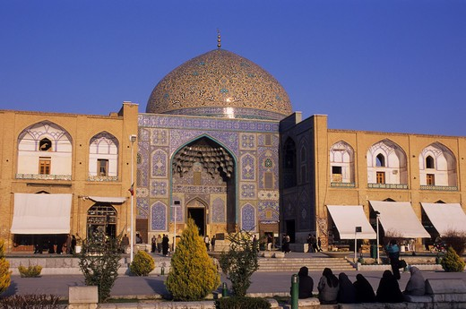 IRAN, ESFAHAN, EMAN KHOMENI SQUARE, SHEIKH LOTFOLLAH MOSQUE : Stock Photo