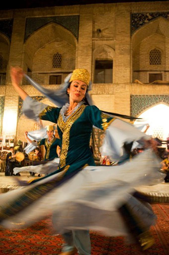 UZBEKISTAN, BUKHARA, NADIR DEVON MADRASSAH, FOLKLORE SHOW, TRADITIONAL UZBEK DANCE : Stock Photo