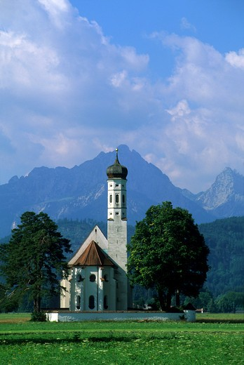 GERMANY, BAVARIA, NEAR FUSSEN, ST. KOLOMAN CHURCH, ALP MOUNTAINS IN BACKGROUND : Stock Photo
