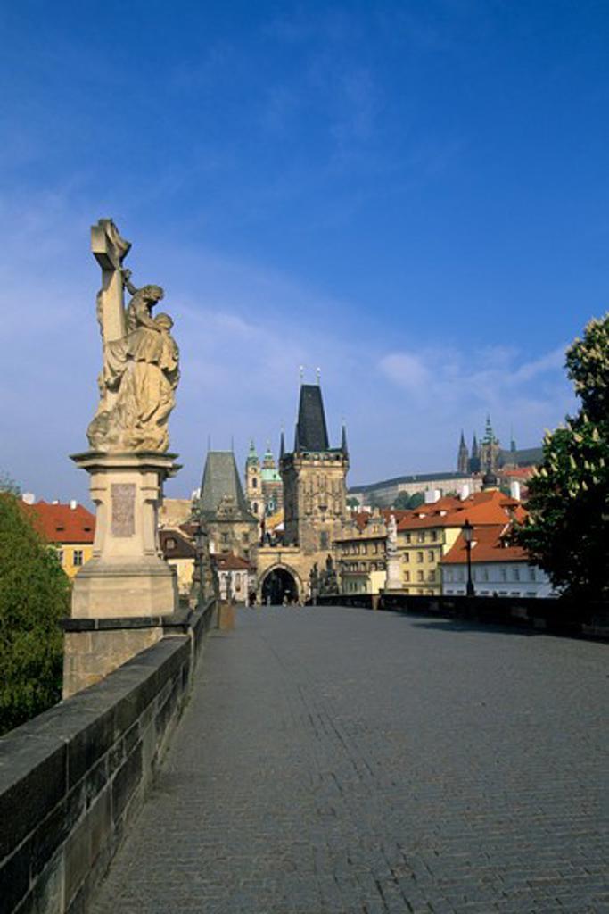 CZECH REPUBLIC, PRAGUE, CHARLES BRIDGE, VIEW OF MALA STRANA BRIDGE TOWERS AND CASTLE : Stock Photo