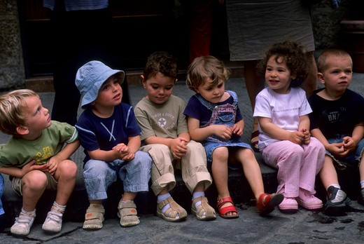 ITALY, FLORENCE, STREET SCENE, CHILDREN (KINDERGARTEN) WAITING FOR ICE-CREAM : Stock Photo
