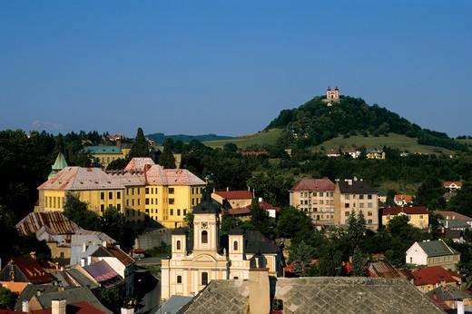 SLOVAKIA, BANSKA STIAVNICA, TOWN WITH BAROQUE COMPLEX OF CALVARY IN BACKGROUND : Stock Photo