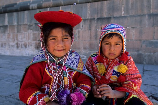 PERU, CUZCO, LOCAL CHILDREN IN TRADITIONAL CLOTHING (QUECHUA) : Stock Photo