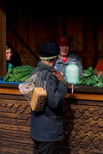 RUSSIA, SIBERIA MAGDAGACHI WOMEN SELLING GOODS : Stock Photo