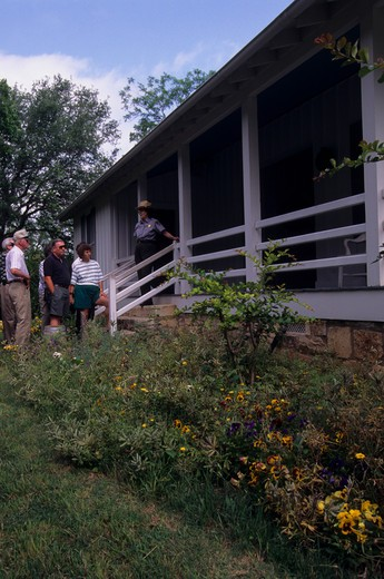 USA, TEXAS, LYNDON B. JOHNSON NATIONAL HISTORIC PARK, LBJ BIRTHPLACE, TOURISTS, RANGER : Stock Photo
