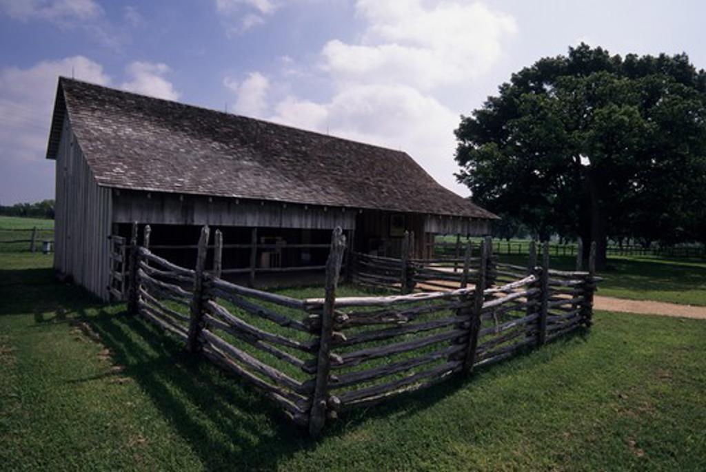 USA, TEXAS, LYNDON B. JOHNSON NATIONAL HISTORIC PARK, BARN : Stock Photo