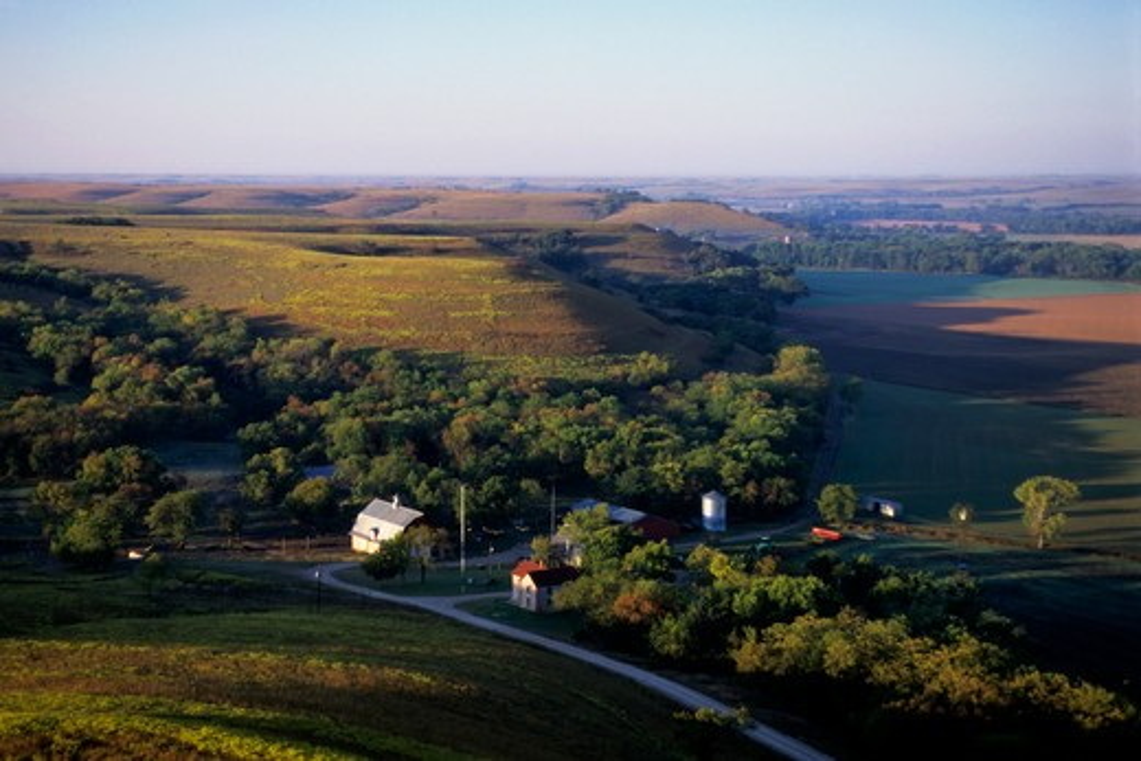 USA, KANSAS, FLINT HILLS, NEAR COTTONWOOD FALLS, AERIAL VIEW OF FARM : Stock Photo