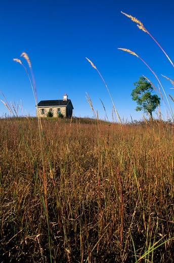 Stock Photo: 4163-2976 USA, KANSAS, FLINT HILLS, NEAR STRONG CITY, TALLGRASS PRAIRIE NATIONAL PRESERVE, SCHOOLHOUSE