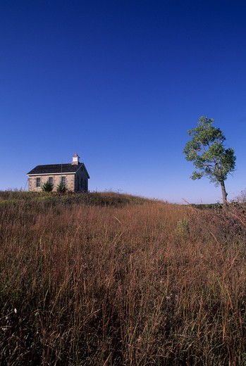 USA, KANSAS, FLINT HILLS, NEAR STRONG CITY, TALLGRASS PRAIRIE NATIONAL PRESERVE, SCHOOLHOUSE : Stock Photo