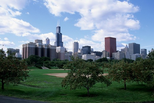 Stock Photo: 4163-3546 USA, ILLINOIS, CHICAGO, GRANT PARK, CHICAGO SKYLINE