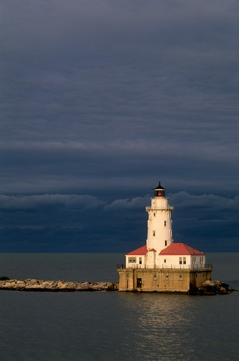 USA, ILLINOIS, CHICAGO, LAKE MICHIGAN, VIEW OF LIGHTHOUSE AT HARBOR ENTRANCE : Stock Photo